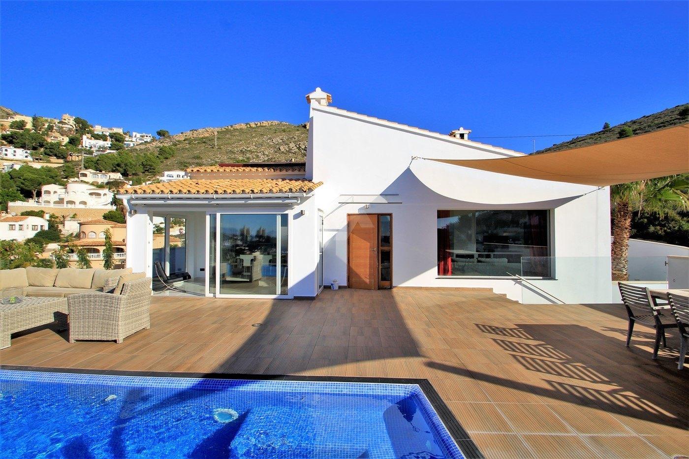 Villa con vistas al mar en venta en Moraira, Costa Blanca.